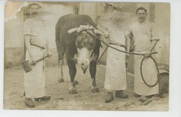 METIERS - BOUCHERIE - Carte Photo Montrant Des Bouchers Dans Abattoir Avec Massue Et Vache - Métiers