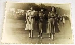 Vieille Photo, Old Photograph, Fotografía Antigua / Three Beautiful Women For A Walk, Trois Belles Femmes En Promenade - Personas Identificadas