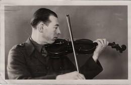 CARTE PHOTO MILITAIRE  STALAG IV SOUVENIR DE CAPTIVITÉ MUSICIEN VIOLON - Guerres - Autres
