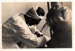 Foto 2. WK - Arzt Im Lazarett Beim Versorgen Eines Verletzten - Fotografie