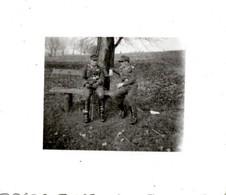 Foto 2. WK - 2 Soldaten Beim Rasten Auf Bank - Fotografie