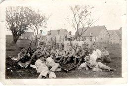 Foto 2. WK - Gruppe Soldaten Beim Rasten Auf Wiese - Fotografie
