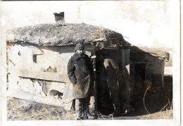 Foto 2. WK - 2 Russen ? Vor Hütte - Fotografie