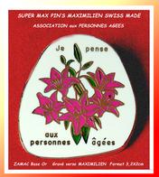 SUPER PIN'S BOUQUET FLEURS, AIDE Aux PERSONNES AGEES : ORIGINE SUISSE, Signé MAXIMILIEN, Zamac Base Or  3,2X2cm - Associations