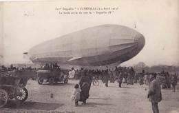 CPA  :Le Zeppelin à Lunéville  (54) Avril 1913  La Foule Avide De Voir Le  Zeppelin - Airships