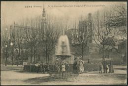 CP 89 Sens - Le Jet D'eau Du Tapis, L'Hotel De Ville Et La Cathedrale 1915 - Sens