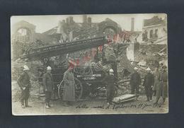 MILITARIA CARTE PHOTO MILITAIRE GROUPE DE SAPEURS POMPIERS DESTRUCTION EXPLOSION A LILLE 11 JUIN 1916 PENDANT GUERRE : - Pompiers