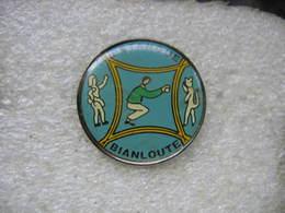 Pin's Numéroté 19 Du Club De Pétanque Bianloute (Dogneville Dans Les Vosges) - Pétanque