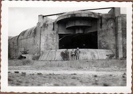Photo Originale 2 Gamins Posant Devant Un Grand Blockhaus - Bunker Géant - Casemate - - Guerra, Militares