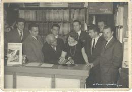 SIDNEY BECHET : Lot De 3 Photos - Scéance De Dédicaces Chez Un Discaire De Fontaine L'Evêque Ou Environs - 1955 - - Beroemde Personen