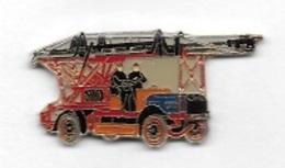 Pin's  Sapeurs  Pompiers  Camion  Rouge  Avec  échelle  Et  Pompiers - Pompiers