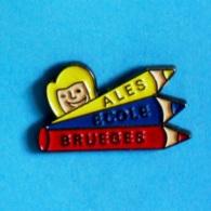 1 PIN'S //  ** ÉCOLE DE BRUÈGES / ALÈS / OCCITANIE ** - Administrations