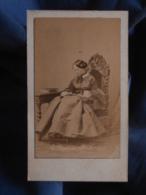 Photo CDV Disderi à Paris - Noblesse Second Empire Femme Assise Lisant, Crinoline, Coiffure En Macaron Circa 1860 L442A - Foto