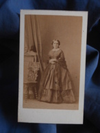 Photo CDV Disderi à Paris - Noblesse Second Empire Femme En Pied, Crinoline Circa 1865 L442A - Foto