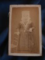 Photo CDV Sans Mention Photographe  Femme Portant Une Coiffe Régionale (Niort)  Sec. Empire  CA 1860-65 L456 - Antiche (ante 1900)