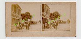 PHOTO ANIMEE STEREOSCOPIQUE DE 1900 - 77 - YEBLES GUIGNES - GROUPE DE PERSONNES ATTABLEES DEVANT LE CAFE DE LA SUCRERIE - Stereoscoop