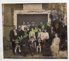 PHOTO - 33 - LA TESTE - GROUPE DE PERSONNES ET UN COMMUNIANT DEVANT LES CAVES FROMAGERES TESTERINES - J.R BROQUA - Personnes Anonymes