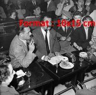 Reproduction D'une Photographie Ancienne Du Chanteur Compositeur Georges Brassens Dans Un Bar En 1953 - Repro's