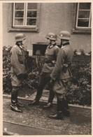 Photo Militaire : Armée Allemande :  Soldats En Discussion ( Format 10,3cm X 7cm ) - War, Military