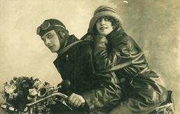 Coppia Di Innamorati Su Una Moto (Scooter), Riproduzione Da Orig., Reproduction, (E31) - Coppie