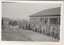Photo Militaire : Armée Allemande : Groupe De Soldats à WEIMAR - Kaserne ( Format 6cm X 9cm ) - Voir Au Dos - War, Military