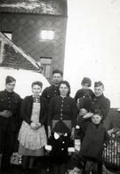 Photo Originale Groupe De Soldats & Jeunes Femmes Avec Enfants Au Garde à Vous & Calots Vers 1940 - War, Military