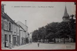 LE GRAND PRESSIGNY  La Place De L'eglise  Etat Moyen - Le Grand-Pressigny