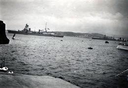 Photo Originale Bateaux De Guerre Dans La Rade De Toulon & Pompons Des Calots Des Marins - War, Military