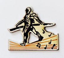 Pin's Fildefériste Sur Notes De Musique - RE/01 - Pin's