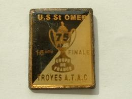 PIN'S FOOTBALL - U.S ST OMER / TROYES ATAC - 16 éme DE FINALE COUPE DE FRANCE - NOIR / BLANC - Football