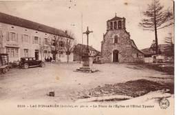 LAC D'ISSARLÈS - La Place D'Église Et L'Hôtel Tyssier - Otros Municipios