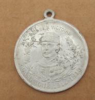 004, Médaille Alu Vers La Victoire Campagne 1914-1915 J'offre Cette Mascotte Au Vaillant Soldat, Bon état, Quelques Peti - France