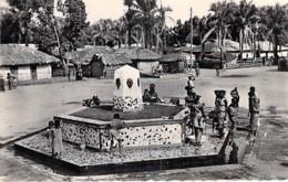AFRIQUE NOIRE - CONGO BRAZZAVILLE - La Fontaine Aux Masques - CPSM Dentelée Noir Blanc Format CPA 1955 - Black Africa - Brazzaville