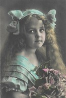 CPA 1912 D'origine  Fillette Petite Fille élégante Belle Coiffure Ruban Bouquet De Roses Pretty Little Flowers - Abbildungen