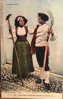 """CPA, Les Pyrénées, """"Charmant Intermède Pendant La Fenaison"""", Carrache éditeur Pau, Costumes, Paysans,Agriculture - People"""