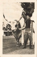 Hongrie Orszagos Mezogazdasagi Kiallitas Budapest Cpa Carter Animée Homme En Costume Et Taureau + Timbre Cachet 1956 - Hongrie