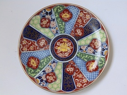 19 Century Japan Porcelain Plate With Gold Decoration And Stamp In Red - Kutani? Meiji (1868-1912) - Céramiques