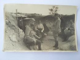 CPA  Photo De Soldats Dans Les Tranchées - Characters