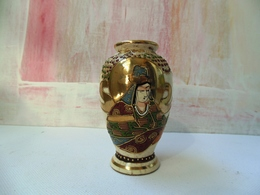 Small Satsuma Japan Vase With Decoration And Stamp In Gold - Kinkozan Tsukuru? Light Damage - Céramiques