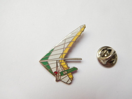 Beau Pin's En EGF , Deltaplane , ULM , Signé Démons & Merveilles - Pin's