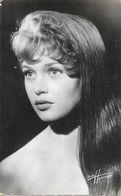 Artiste: Portrait De Brigitte Bardot - Photo Studio Harcourt - Edition Du Globe, Carte N° 747 Non Circulée - Artiesten