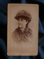 Photo CDV Charles à Bordeaux - Portrait Femme Au Chapeau à Plumes (augusta Bret) Circa 1890 L447A - Fotos