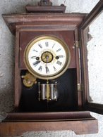 UNE PENDULE DE TABLE  EN  BOIS - Relojes