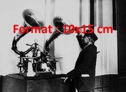 Reproduction D'une Photographie Ancienne Du Gaumont Chronophone La Première Machine à Parler à Paris En 1935 - Reproducciones