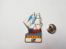 Beau Pin's En Zamac , Banque Crédit Agricole , Brest 92 , Marine Bateau Voilier , Signé Corner Coinderoux - Banken