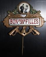 Insigne Bon Pour Les Filles Ancre Marine Conscrit Avec Photo Grivoise Jeune Pin Up Sous La Toise - Armée De Terre