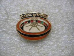 Pin's Jeu De La Roulette Au Casino De VITTEL Dans Les Vosges - Jeux
