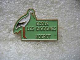 Pin's De L'ecole Des Cigognes De La Ville De HOERDT (Dépt 67) - Administrations