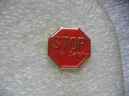 Pin's D'un Panneau Routier STOP, Pour Plus De Sécurité - Pin's