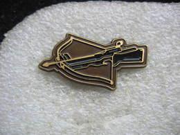 Pin's Fusil à L'arbalète. Tir à L'arc Au Fusil - Tir à L'Arc